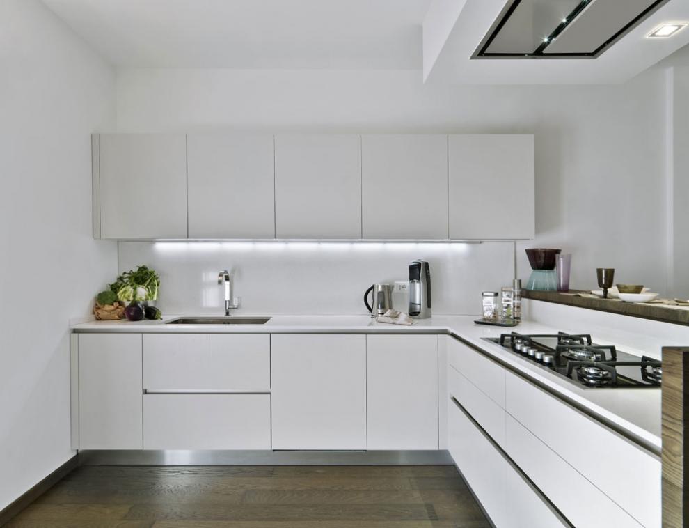 Белая кухня с белой столешницей в интерьере фото