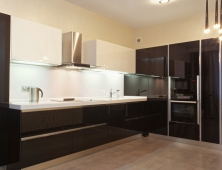 черная глянцевая кухня с врезной обратной ручкой