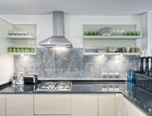 кухня с алюминиевой ручкой и столешнца из кварца