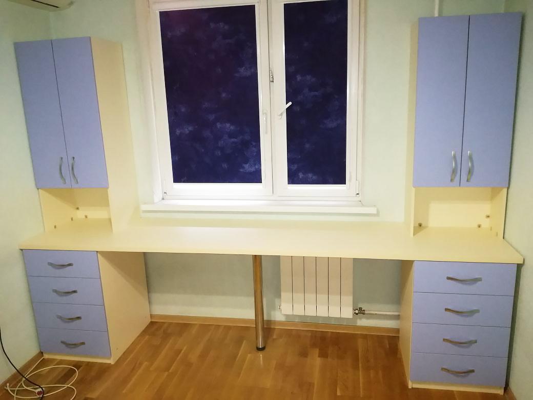Письменный стол возле окна своими руками 96